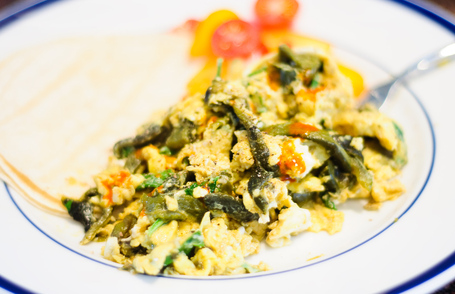 Scrambled_eggs_with_epazote_and_pob